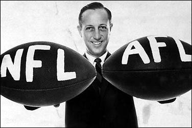 Pete Rozelle, som var NFL's «commisioner» fra 1960 til 1989, var også mannen som gjorde sammenslåingen mulig.