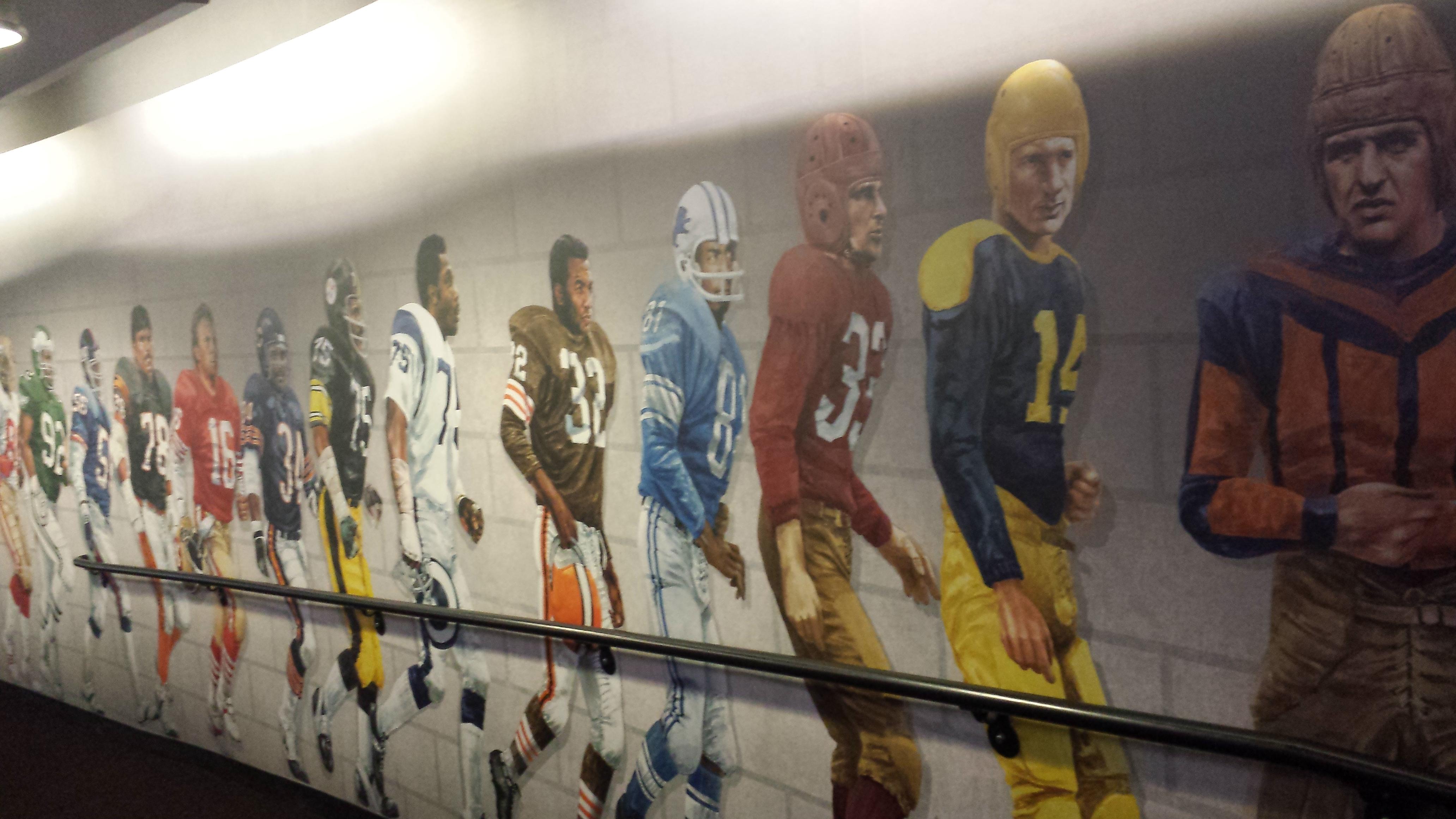 I gangen på vei inn til Hall of Fame er det en veggmural med historiske personer. Hvor mange kjenner du igjen?